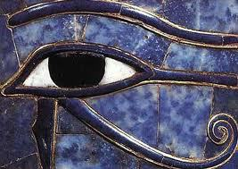 Representación del Ojo de Horus en un detalle de una escultura egipcia antigua (1)
