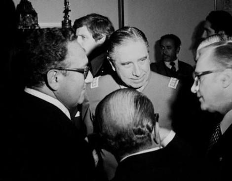 Pinochet, Kissinger y el neoliberal Friedman. Créditos: Wikipedia
