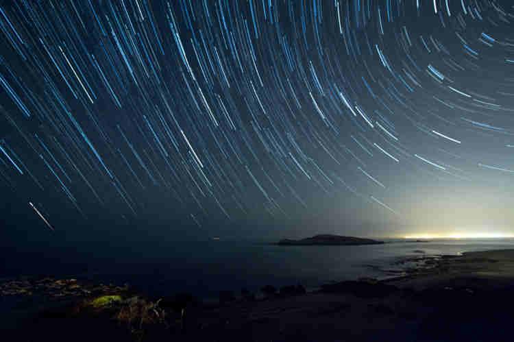 ...se quedó mirando la noche estrellada que pendía del universo...
