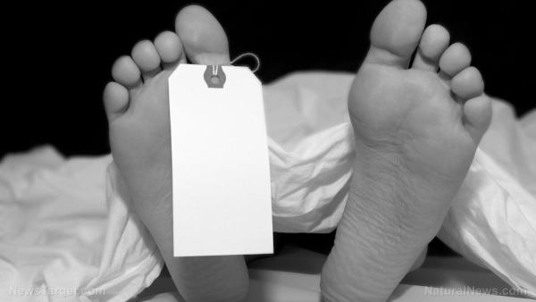 'Miles de personas sanas están muriendo inesperadamente, pero nuestras agencias de salud pública nos aseguran que sus muertes no fueron causadas por el golpe de COVID