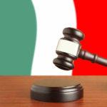 Italia aprobó una ley en abril que obliga a cualquier persona que trabaje en puestos de salud social públicos o privados, incluso en farmacias y consultorios médicos, a vacunarse contra el Covid-19 o ser suspendida sin paga, a menos que su empleador pueda reasignarlos a un puesto menos sensible.